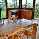 Arredare un gazebo: tavolo in legno e cucina su misura