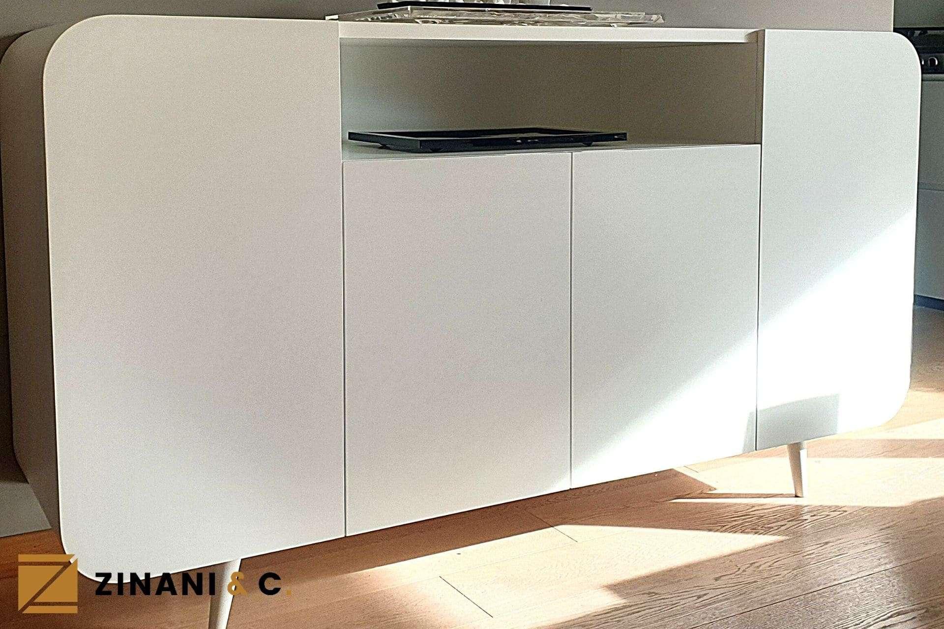 Mobile su misura di colore bianco: luce e curve all'ingresso di casa