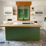 Cucina su misura tricolore: spazio, eleganza e comodità